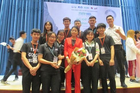 """Các bạn trẻ hào hứng chụp hình cùng """"thần tượng startup"""" - nữ doanh nhân Trần Uyên Phương"""