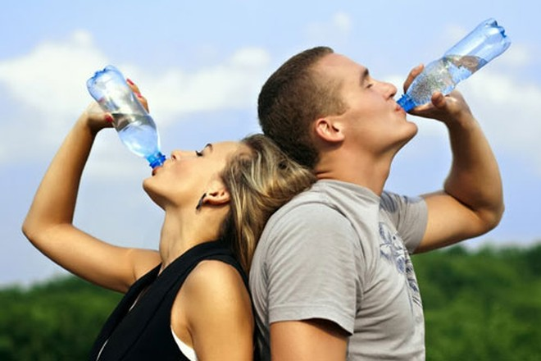 Uống quá nhiều nước dẫn đến tích tụ chất lỏng dư thừa, gây sưng não