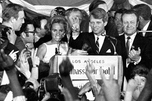 Thời điểm Thượng nghị sĩ Robert F. Kennedy, ứng viên Tổng thống Mỹ mừng chiến thắng tại Los Angeles, chỉ vài phút trước khi bị bắn ngày 5-6-1968