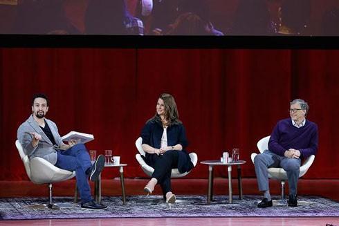 Tỷ phú Mỹ Bill Gates kiên nhẫn dành thời gian nghe thuyết trình trong một cuộc tọa đàm với sinh viên tại Đại học Hunter, New York, Mỹ