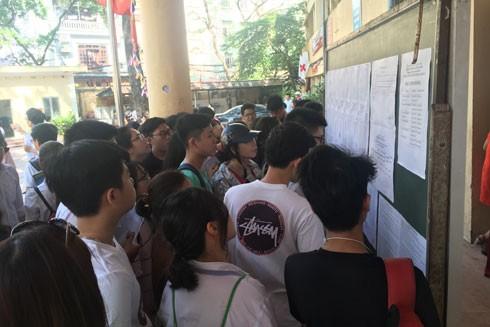 Nghẹt thở vào lớp 10 công lập ở Hà Nội: Thi xong rồi mà vẫn nóng ruột ngóng trông ảnh 1