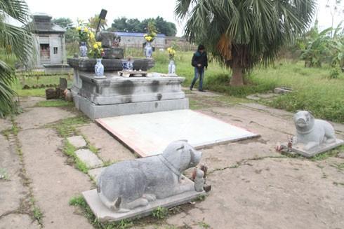 Bên trong di tích lăng mộ đá Quận Vân