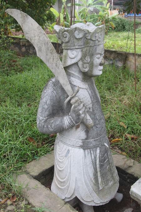 Một trong hai tượng võ sĩ canh mộ