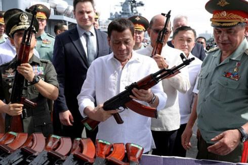 Tổng thống Philippines R. Duterte cũng cho biết, ông đang xem xét việc vũ trang cho các lãnh đạo cấp phường