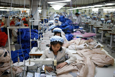 Công nhân Triều Tiên làm việc cho một doanh nghiệp Hàn Quốc tại Khu công nghiệp chung Kaesong, nơi đã bị đóng cửa cách đây 2 năm