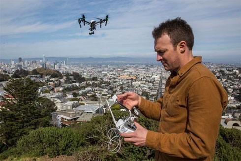 Josh Haner, phóng viên ảnh của tờ New York Times tác nghiệp cùng chiếc máy bay không người lái DJI Inspire ở San Francisco
