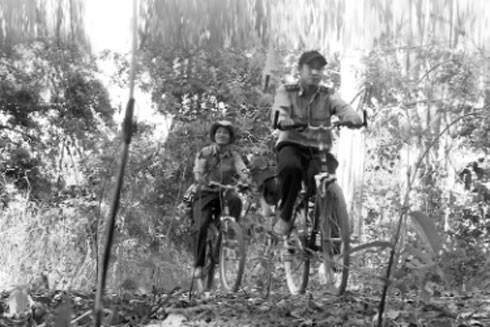Các cán bộ, chiến sỹ kiểm lâm quyết tâm bám rừng, giữ rừng với chiếc ba lô, xe đạp