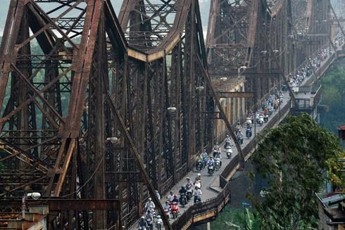 Cầu Long Biên (1899-1902) là cây cầu cổ nhất bắc qua sông Hồng