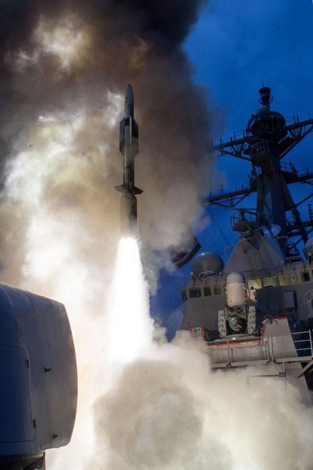 Tên lửa SM-6 phóng từ khu trục USS John Paul Jones của Hải quân Mỹ