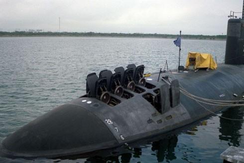 Tàu ngầm lớp Los Angles USS Santa Fe (SSN-763) đang mở cửa các ống phóng