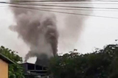 Những cột khói nghi ngút màu đen của một trong những cơ sở, doanh nghiệp hoạt động sản xuất gây ô nhiễm quanh khu vực ga Cổ Loa