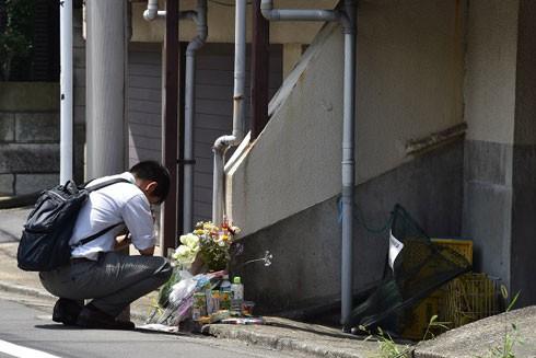 Bên ngoài khu căn hộ, thỉnh thoảng người dân đi đường lại dừng lại thắp hương cầu nguyện cho bé Yua Funato