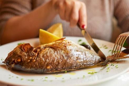 Giảm nguy cơ đau tim bằng ăn cá 2 lần/tuần