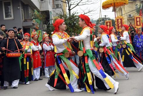 Hà Nội luôn mang trong mình những nét văn hóa độc đáo mà không phải nơi nào cũng có (Trong ảnh: Diễn xướng Con đĩ đánh bồng - một điệu múa cổ của người dân làng Triều Khúc, Thanh Trì, Hà Nội)