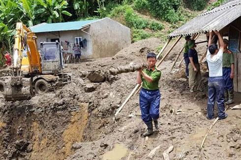 CBCS Công an đang dầm mình trong mưa gió cứu giúp dân ở Vàng Ma Chải (huyện Phong Thổ, Lai Châu)
