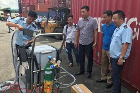 Cán bộ hải quan đưa máy đo thành phần hóa học vào kiểm tra phế liệu nhập khẩu