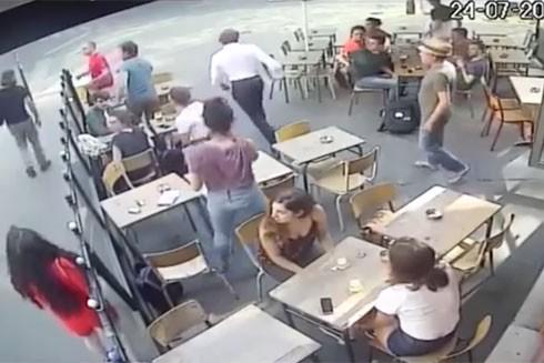 Đoạn clip ghi lại cảnh người đàn ông hành hung một phụ nữ trẻ tại Thủ đô Paris (Pháp) được lan truyền trên mạng Internet