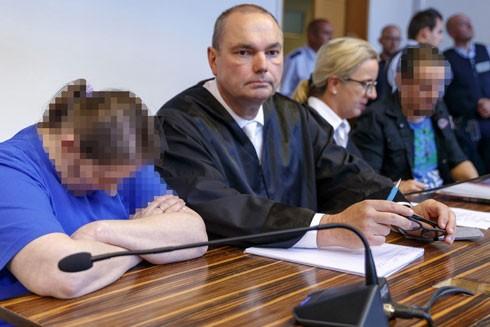 Berrin T. (che mặt, bên trái) và Christian L. (che mặt, bên phải) tại phiên tòa xét xử