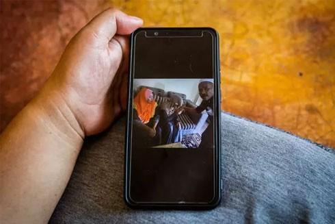 Người vợ đầu của ông Che Abdul Karim xem bức ảnh chồng mình làm đám cưới với người vợ thứ ba 11 tuổi