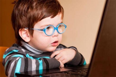 Đau mỏi mắt khi dùng máy vi tính là dấu hiệu trẻ bị cận thị
