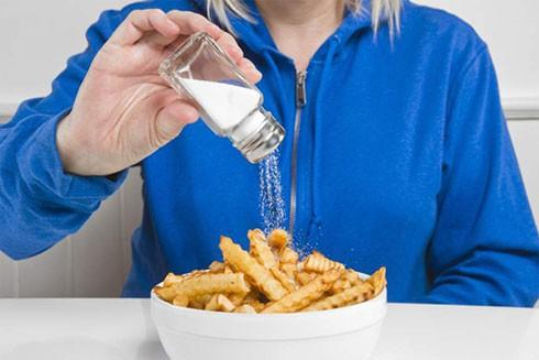 5 dấu hiệu cảnh báo bạn đang ăn quá nhiều muối