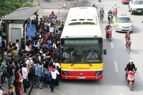 Các đối tượng thường lợi dụng chen lấn lên xe buýt để móc túi