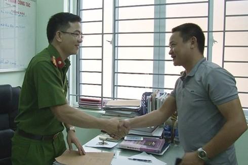 Niềm vui của một người dân khi được CAQ Ba Đình (Hà Nội) trao trả tài sản bị trộm cắp tại Bệnh viện Phụ sản Hà Nội