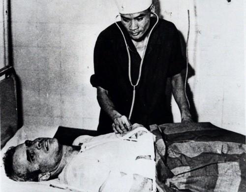 John McCain được các bác sĩ Việt Nam chăm sóc sau khi bị bắn rơi máy bay