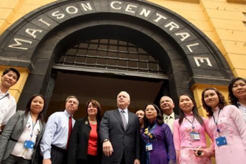 John McCain thăm lại Hỏa Lò trong chuyến công tác tại Việt Nam
