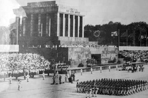 Khối nữ Công an nhân dân duyệt binh chào mừng Quốc khánh 2-9-1975