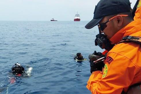 Các thợ lặn tìm kiếm gần hiện trường vụ tai nạn