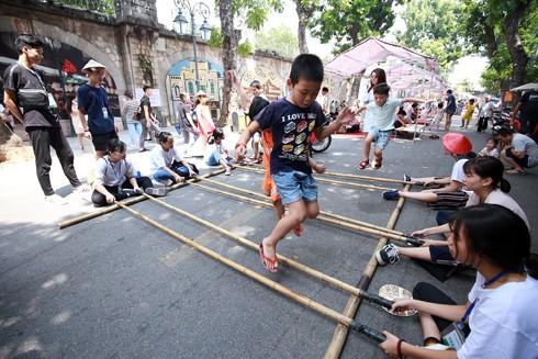 Phố Phùng Hưng từng là đường hào sâu của thành Thăng Long xưa kia