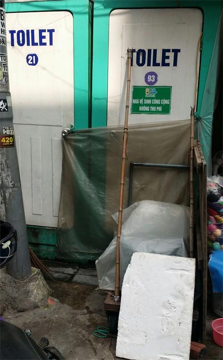 Nhà vệ sinh chợ Đồng Xuân có diện tích khá nhỏ hẹp