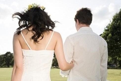 Để thuận tiện cho việc kết hôn, chú rể người nước ngoài cần xin cấp thẻ tạm trú (Ảnh minh họa)