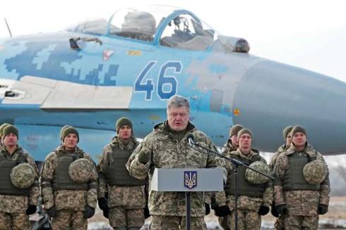 Tổng thống Petro Poroshenko thăm một căn cứ không quân Ukraine ngày 6-12 trong bối cảnh gia tăng căng thẳng với Nga