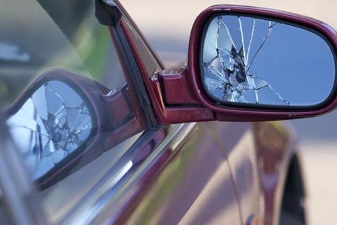 Tùy giá trị chiếc gương xe, mà đối tượng ra tay đập vỡ sẽ bị xử phạt hành chính hoặc bị xử lý hình sự (Ảnh minh họa)