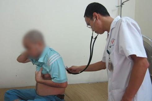 Khám điều trị cho bệnh nhân nhiễm HIV tại Bệnh viện Đống Đa