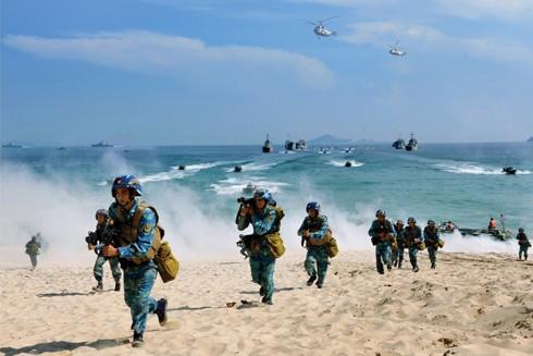 Quân đội Việt Nam ngày càng trưởng thành vững mạnh, hoàn thiện về cơ cấu, có sức mạnh tổng hợp (Trong ảnh: Hải quân nhân dân Việt Nam huấn luyện hiệp đồng quân binh chủng)
