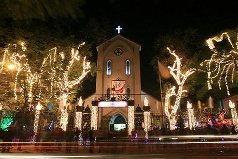 Nhà thờ Phùng Khoang là nơi có tương quan hài hòa giữa nhà xứ, nhà phòng với cảnh quan chung của ngôi đình, chùa Phùng Khoang và vườn cây quả