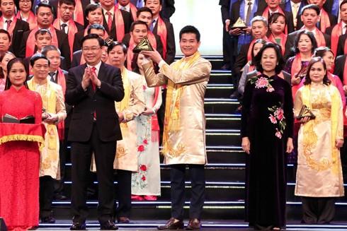 Phó Thủ tướng Vương Đình Huệ, Trưởng Ban Dân vận Trung ương Trương Thị Mai trao giải thưởng cho các doanh nghiệp