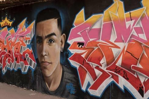 Một bức tranh vẽ hình ảnh của Janio Heinrich - thanh niên 18 tuổi lên tiếng mạnh mẽ chống bạo lực đã bị các băng đảng sát hại ở Fortaleza