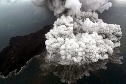 Núi lửa Anak Kratatau phun ra đám mây tro bụi khổng lồ