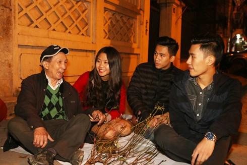 """Mạng xã hội cũng lan tỏa """"mặt phải"""" ý nghĩa trong cuộc sống (Trong ảnh: Qua những thông tin trên facebook, các bạn trẻ đã lập nhóm hàng đêm thăm hỏi, tặng quà cho những người cơ nhỡ bên đường) Ảnh: LAM THANH"""