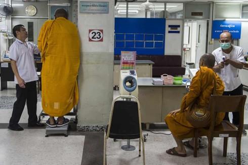 Kiểm tra sức khỏe định kỳ cho các nhà sư tại một bệnh viện ở Thủ đô Bangkok, Thái Lan