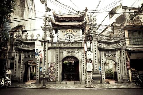 Tượng Thái sư Trần Thủ Độ và Linh Từ Quốc mẫu Trần Thị Dung trong chùa Cầu Đông trên phố Hàng Đường