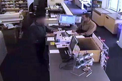 Camera giám sát ghi lại được cảnh Kevin Mallory quét tài liệu mật tại cửa hàng Virginia FedEx