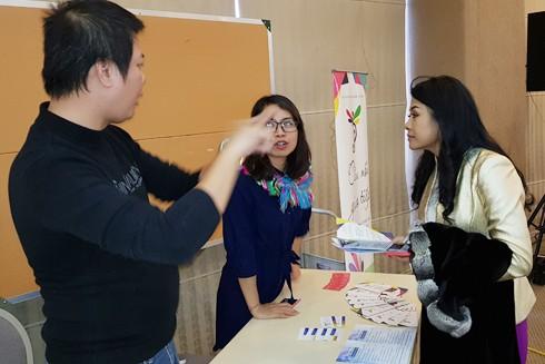 Nữ doanh nhân Trần Uyên Phương lắng nghe đại diện dự án thuyết trình tại Festival Khởi nghiệp 2019