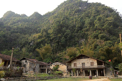 Những ngôi nhà sàn bằng đá ở đầu thôn