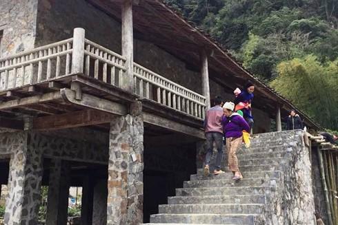 Cả làng làm nhà sàn bằng đá - một miền thiêng nơi biên ải