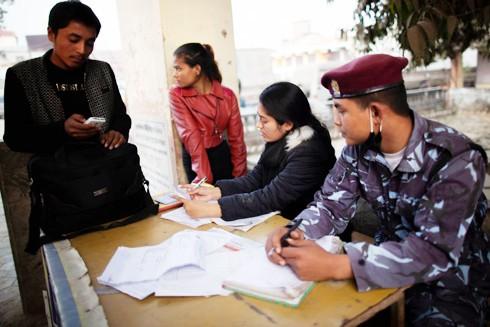 Pema, nạn nhân của nạn buôn người ngồi làm việc cùng với cảnh sát biên giới để có thể phát hiện những kẻ buôn bán và đưa người qua biên giới Nepal - Ấn Độ